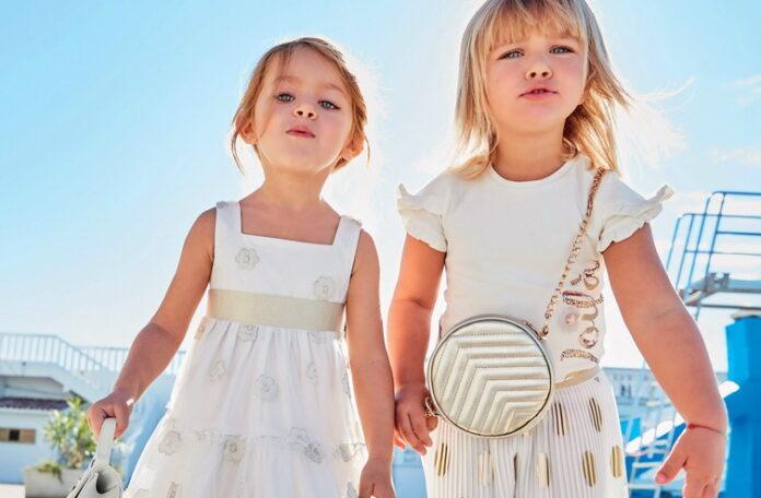 Девочки в красивых платьях гуляют пляже